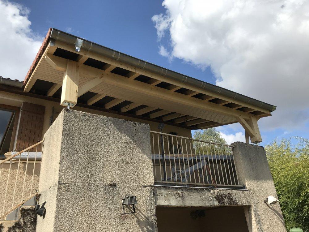 Extension de toiture en 1 pan sur poteaux pour abriter une terrasse | KMC toitures
